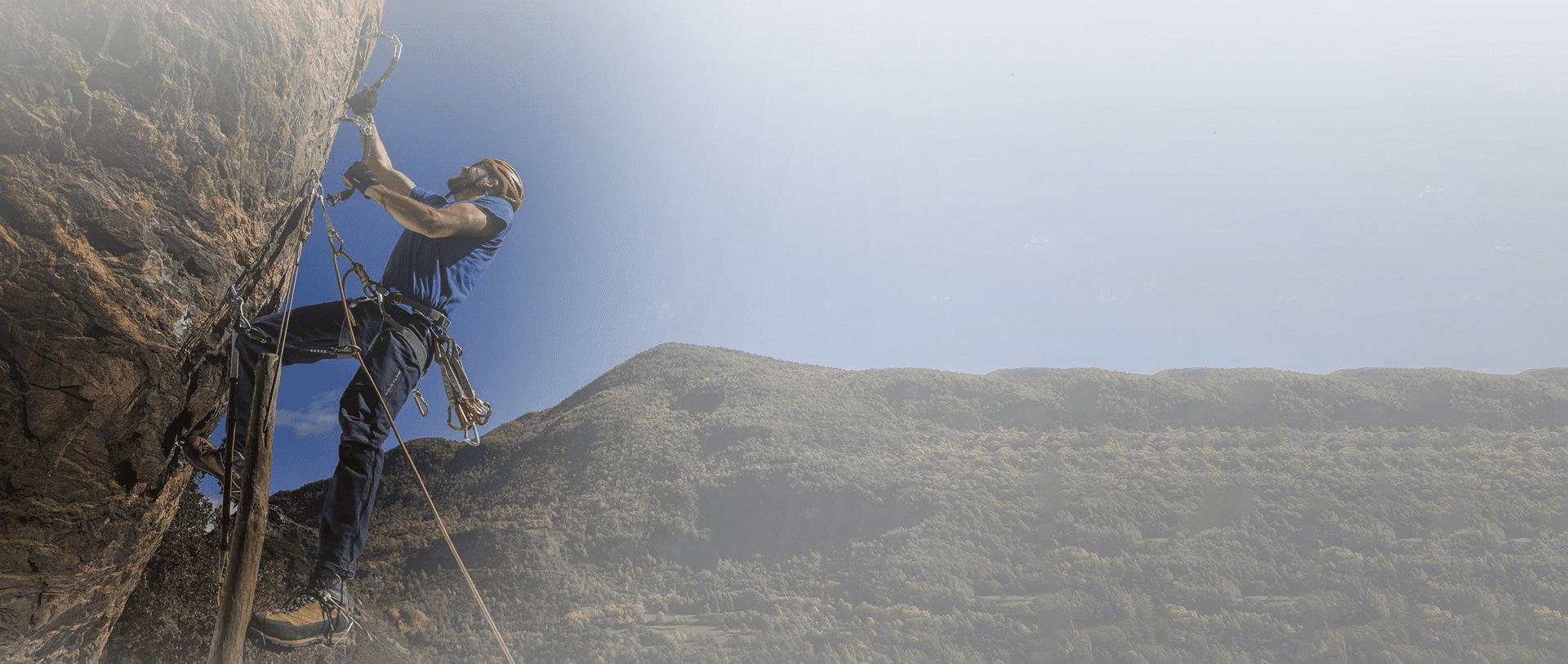 Escalador utlizando ropa de escalada Solo Climb